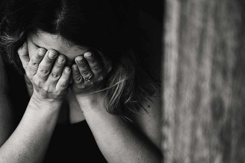 Pani zamyka twarz dłonią przez depresje