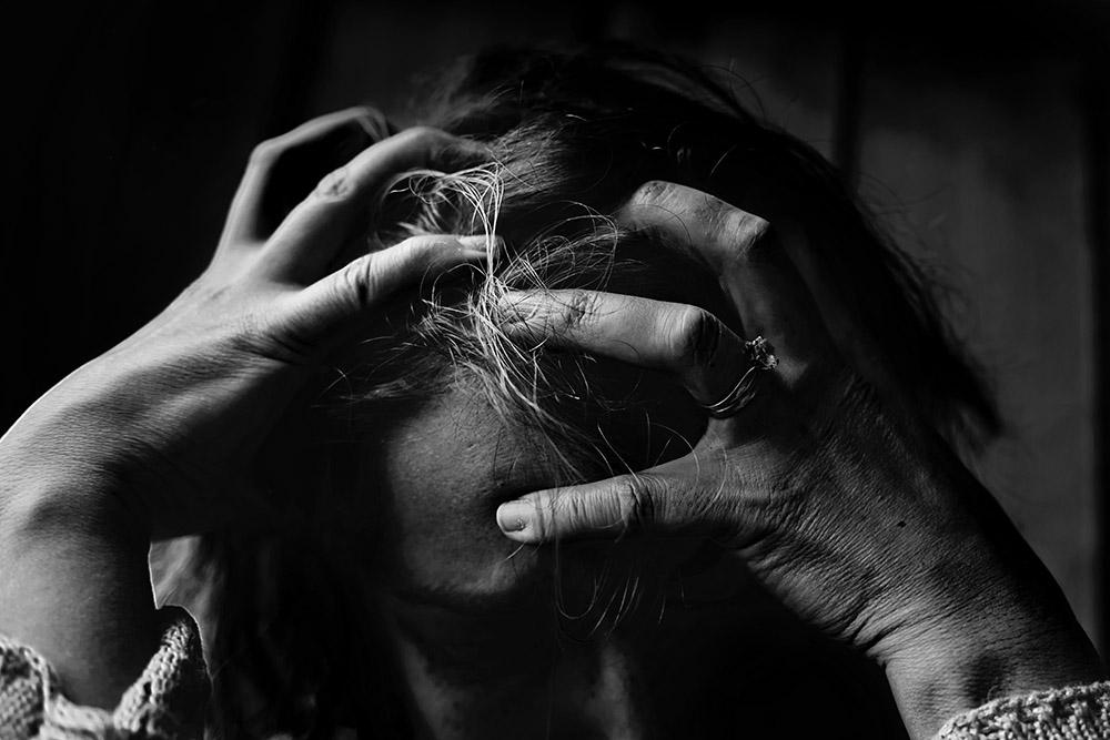 Wszawica - osoba która ma wszawice ma swędzenie skóry głowy