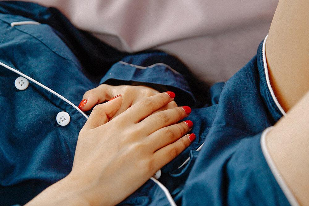 zakażenia układu moczowego: Kobieta trzyma ręce na brzuchu