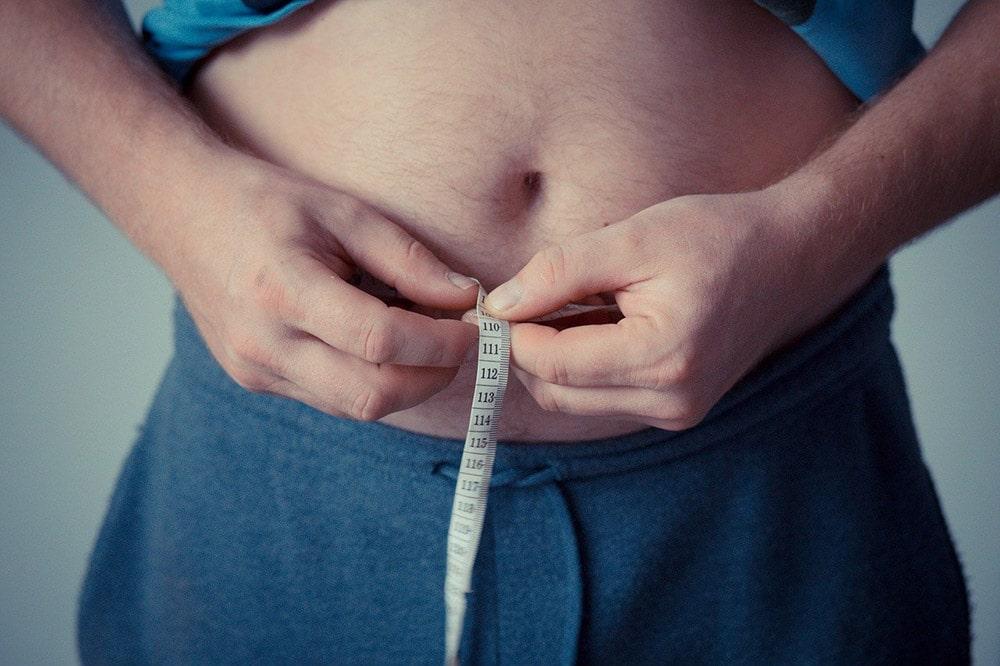 Otyłość: Pan mierzy objętość brzucha centymetrem krawieckim