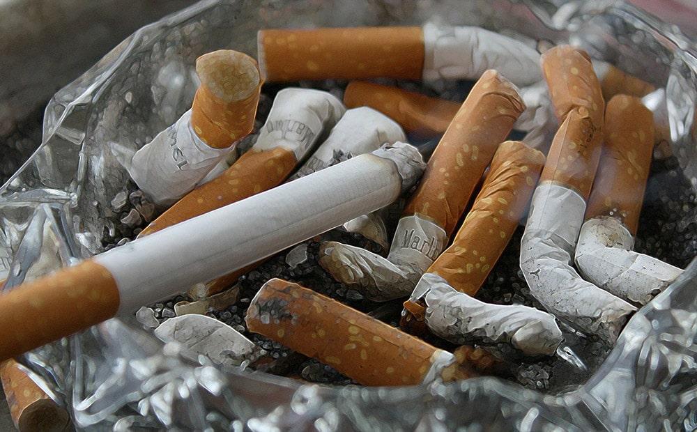 Rzucenie palenia: Płonące papierosy w popielniczce
