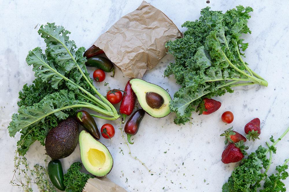 dieta bezglutenowa: na obrazu są zdrowe warzywa: awokado, sałata, pomidory