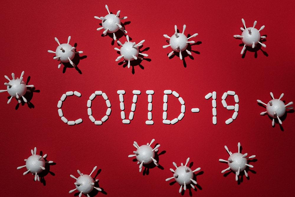 napis covid-19 na czerwonym tle