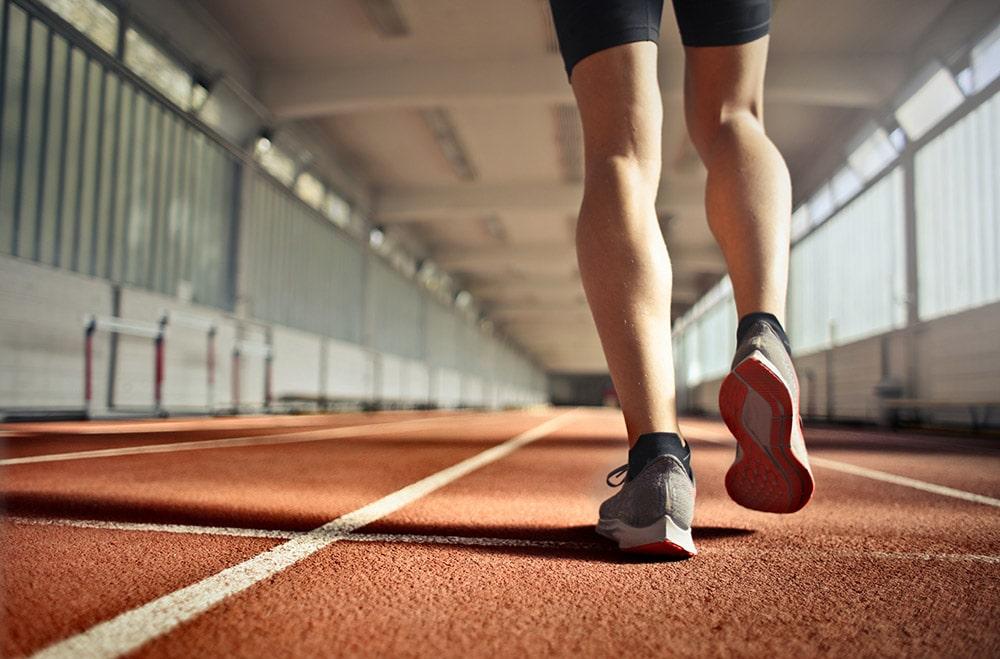 Niestabilność stawu skokowego: Nogi Pana, który biegnie na stadionie