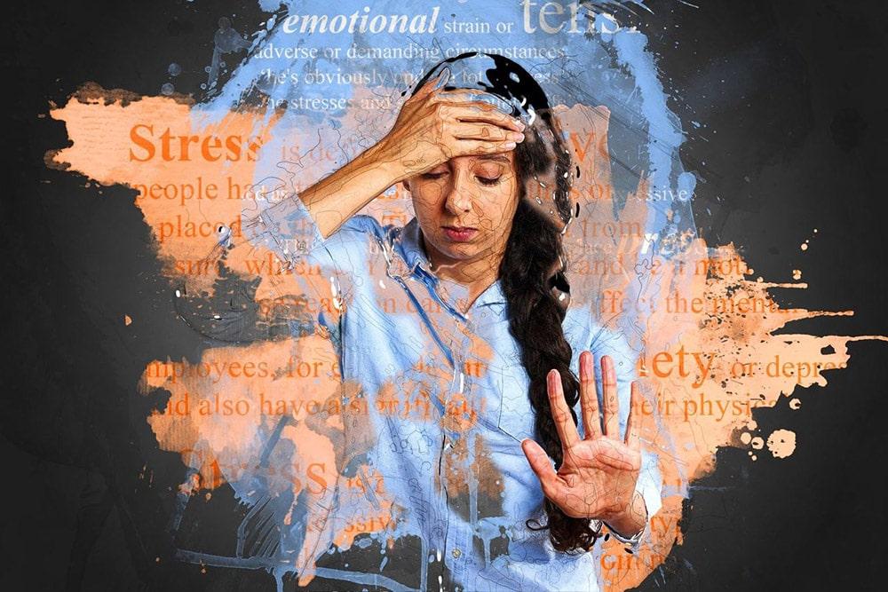 Stres: Pani trzyma rękę na głowie