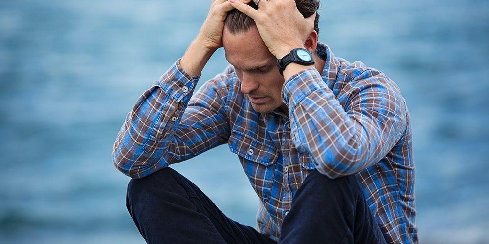 Darmowe konsultacje psychologiczne: Pan trzyma ręce na głowie, jest mu smutno