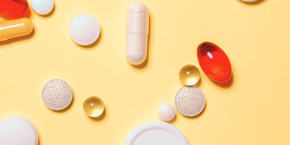 Lek a suplement: Tabletki na żółtym stole